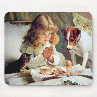ベッドの朝食: 女の子、テリアおよび子猫猫 マウスパッド