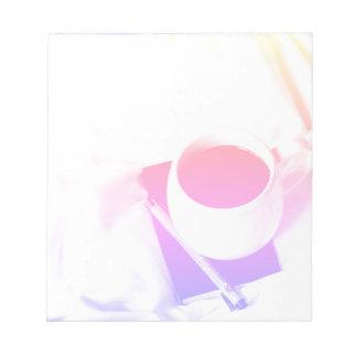ベッドの茶の虹のコーヒーカップの朝食 ノートパッド
