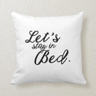 ベッドの装飾用クッションにとどまろう クッション