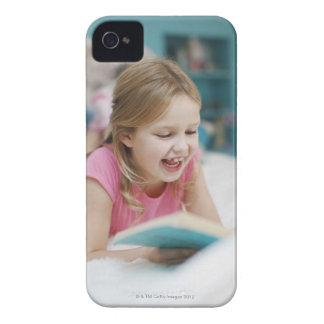 ベッドの読本で置いている女の子 Case-Mate iPhone 4 ケース