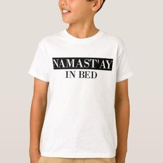 ベッドのNamast'ay Tシャツ