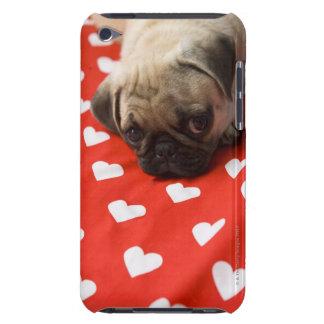 ベッド、終わりにあっているパグの子犬 Case-Mate iPod TOUCH ケース