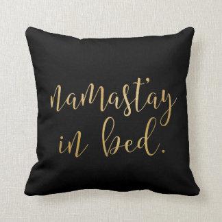 ベッド-金ゴールドおよび黒枕のNamastay クッション