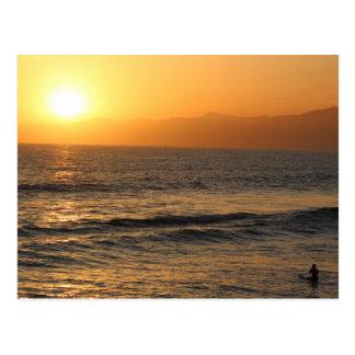 ベニスのビーチの日没のサーフ ポストカード