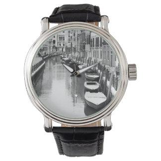 ベニスイタリアンな市の運河に沿うボート 腕時計
