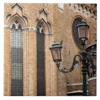 ベニス、ベネト、イタリア-ランプのポストは立っています タイル
