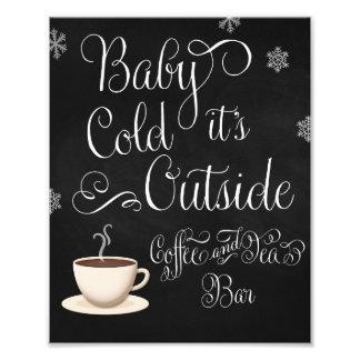 ベビーそれは冷たい外のコーヒーバーの結婚式の印です フォトプリント