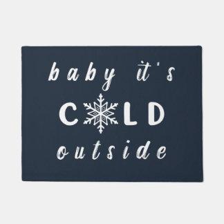 ベビーそれは冷たい外の休日の玄関マットです ドアマット