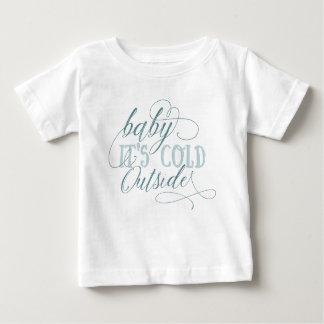 ベビーそれは冷たい外の原稿の引用文のTシャツです ベビーTシャツ