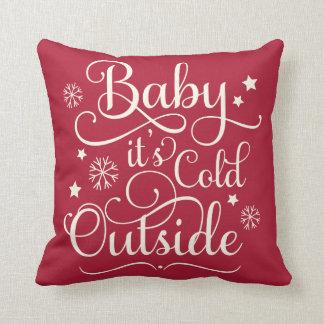 ベビーそれは冷たい外側|の休日の装飾用クッションです クッション