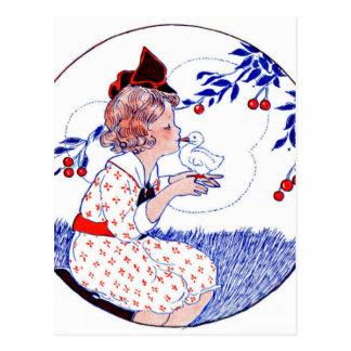 ベビーのひよこかアヒルに接吻している小さな女の子 葉書き