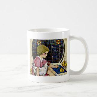 ベビーのひよこを持つ小さな女の子 コーヒーマグカップ