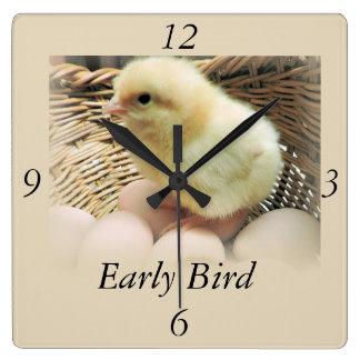 """ベビーのひよこ、""""早い鳥"""" スクエア壁時計"""