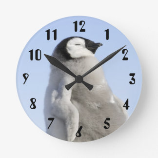 ベビーのコウテイペンギン、雪の丘の島 ラウンド壁時計