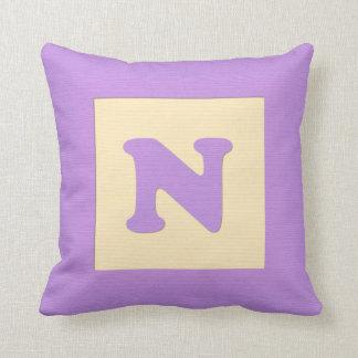 ベビーのブロックの装飾用クッションの手紙N (紫色) クッション