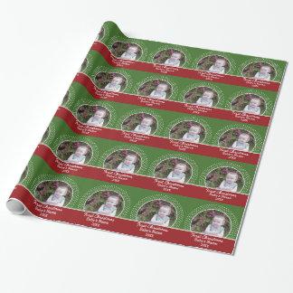 ベビーの初めてのクリスマスの写真-赤および緑 ラッピングペーパー