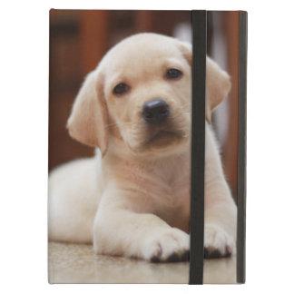 ベビーの腹に置いている黄色いラブラドールの小犬 iPad AIRケース