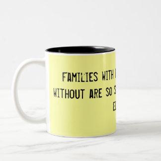 ベビーを持つ外の家族および家族はs…です ツートーンマグカップ
