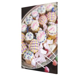 ベビーシャワーのベビーのラッセル音のカップケーキの皿 キャンバスプリント