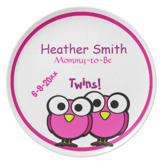 ベビーシャワーの双生児がある愛らしいピンクのフクロウのお母さん プレート