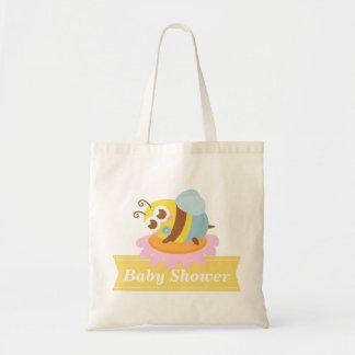 ベビーシャワー: 花で休んでいるかわいいベビーの蜂 トートバッグ