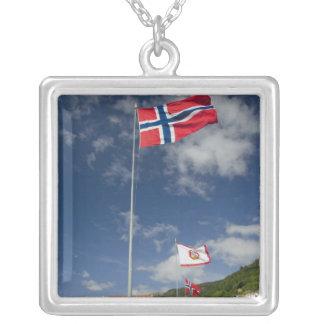ベルゲンのwthの旗の都心の歴史的な港湾地域 シルバープレートネックレス
