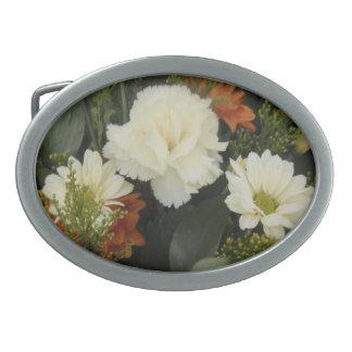 ベルトの留め金の白いカーネーションの花束 卵形バックル
