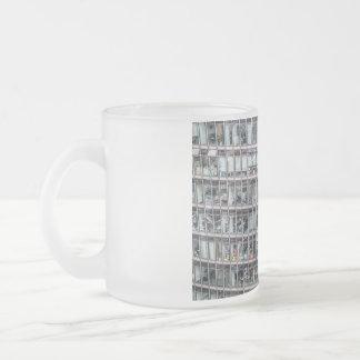 ベルリンのオフィスタワー フロストグラスマグカップ