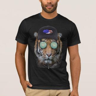 ベンガルトラの上で服を着るおもしろいな野性生物 Tシャツ