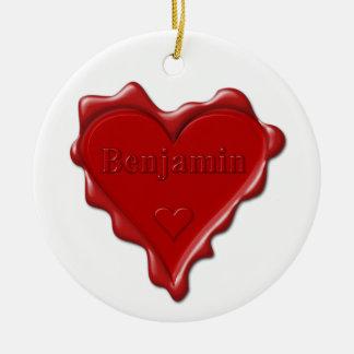 ベンジャーミン。 一流のベンジャーミンが付いている赤いハートのワックスのシール セラミックオーナメント