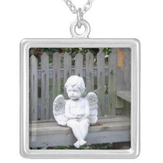 ベンチのネックレスの天使 シルバープレートネックレス