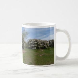 ベンチのマグが付いているパノラマ式の干しぶどうの花 コーヒーマグカップ