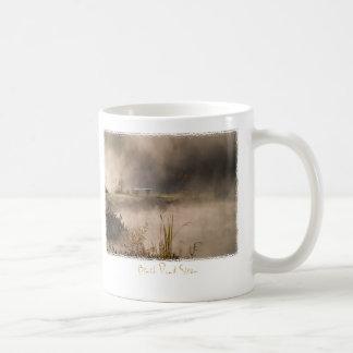 ベンチの池の蒸気 コーヒーマグカップ