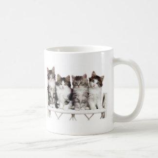 ベンチの4つのkittiens コーヒーマグカップ