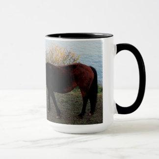 ベンチのSuthデボンの海岸線2のDartmoorの子馬 マグカップ