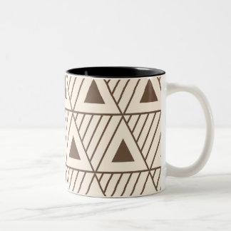 ベージュおよび茶色の三角形 ツートーンマグカップ