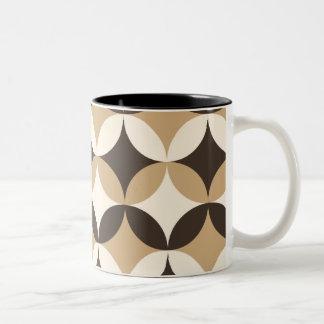 ベージュおよび茶色の円 ツートーンマグカップ