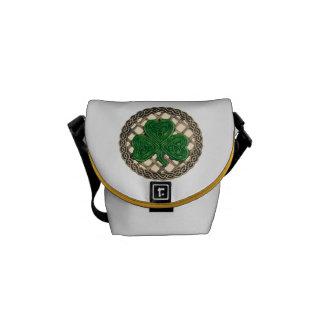 ベージュシャムロックおよびケルト結び目模様の小型メッセンジャーバッグ メッセンジャーバッグ