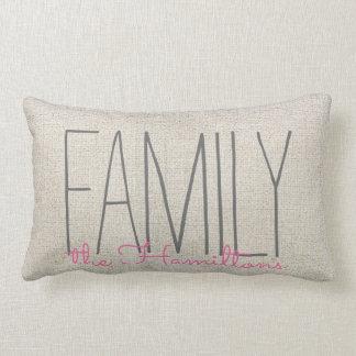 ベージュピンクの素朴でシックな家族のモノグラム ランバークッション