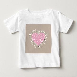 ベージュ結婚式のピンクのハートそしてクリーム色の花模様 ベビーTシャツ