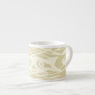 ベージュ色およびクリームのアールヌーボーのスタイルパターン エスプレッソカップ