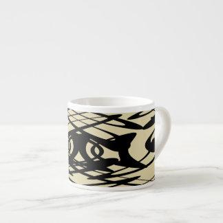ベージュ色および黒のアールヌーボーパターン エスプレッソカップ