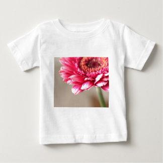 ベージュ色の美しいピンクのガーベラ ベビーTシャツ