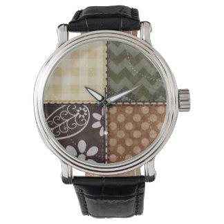 ベージュ、焦茶およびオリーブ色のキルトの一見 腕時計
