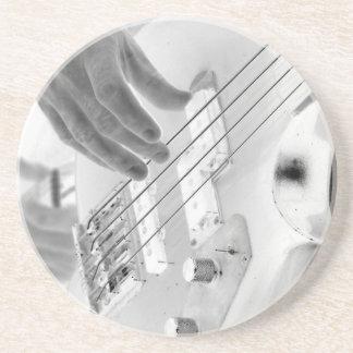 ベース奏者、低音および手の否定的なイメージ コースター