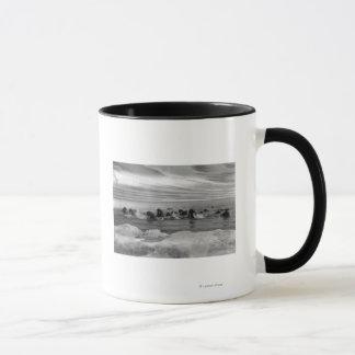 ベーリング海の浮氷間のセイウチ マグカップ