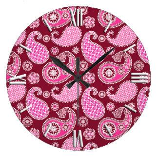 ペイズリーのパターン、バーガンディ、ピンクおよび白 ラージ壁時計