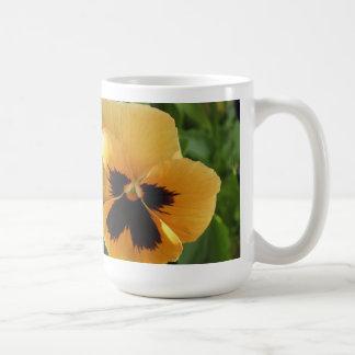 ペチュニアをかいま見ること コーヒーマグカップ