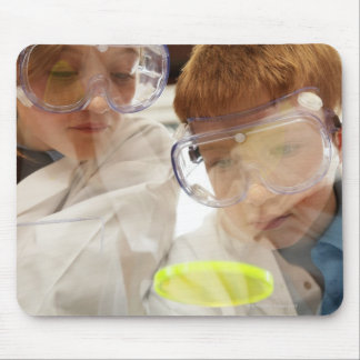 ペトリ皿、眺めを見ている女の子および男の子(11-13) マウスパッド