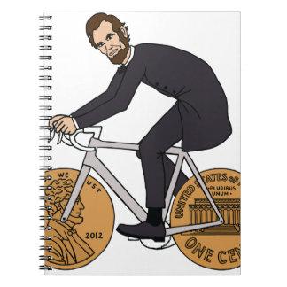 ペニーの車輪のボトルが付いているバイクのエイブラハム・リンカーン ノートブック